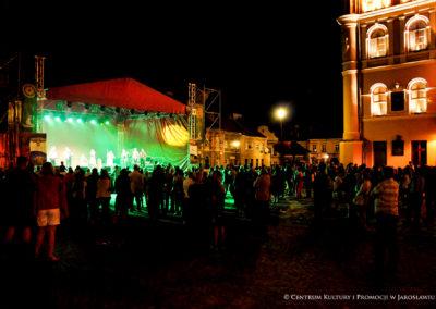 Publiczność, w tle występ zespołu Tziganz Fanfara Awantura