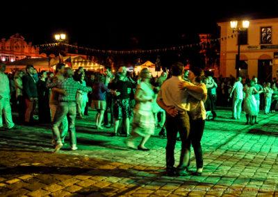 Ludzie tańczący podczas potańcówki