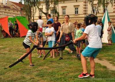Dzieci podczas turnieju szermierki