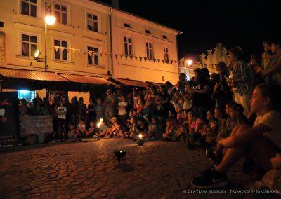 Publiczność podczas pokazu ognia
