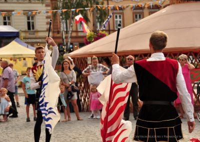 Grupa Antikwo More podczas rzucania flagami