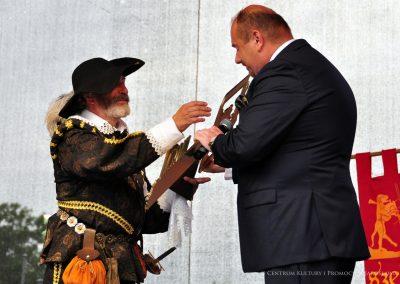 Burmistrz Miasta Jarosławia Waldemar Paluch przekazuje klucze do miasta Wilhelmowi Orsettiemu