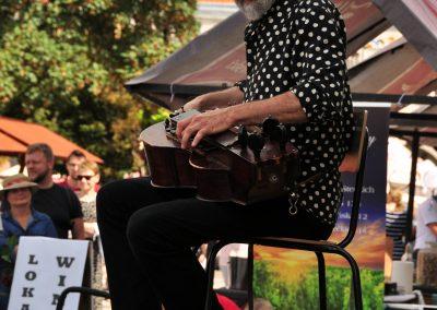 Jacek Hałas grający na beczce