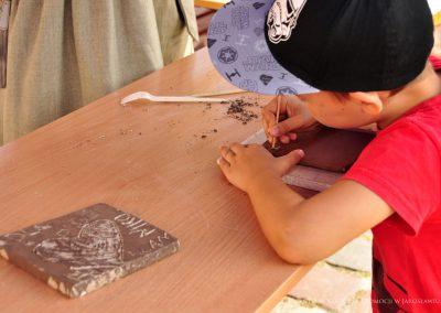 Chłopiec podczas warsztatów ceramicznych