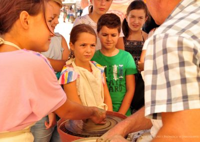 Dzieci podczas warsztatów garncarskich