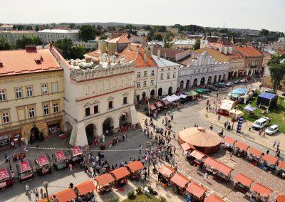 Widok na Jarmark Jarosławski z wieży ratusza