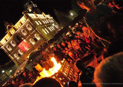 Pokaz tradycyjnego wypału glina - wypalanie makiety ratusza